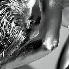 Photo : Femme nue argentée