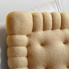 coussin en forme de biscuit petit beurre. Black Bedroom Furniture Sets. Home Design Ideas