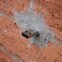 Photo : Dead Drops : USB dans la ville !