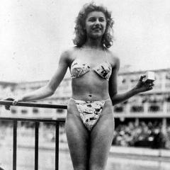 Photo : Le premier bikini