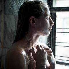 Image : Sous le rideau de douche ...
