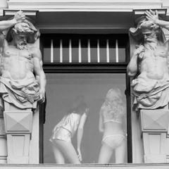 Photo : Voyeurs ! Deux atlantes matent deux jolies filles ...
