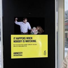 Photo : Affiche interactive Amnesty International