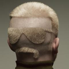 Photo : Les yeux dans les cheveux