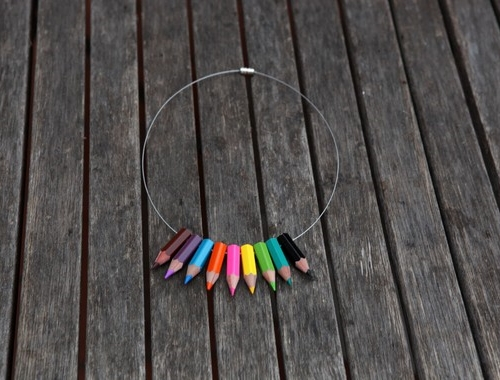 photo du collier en crayons de couleurs