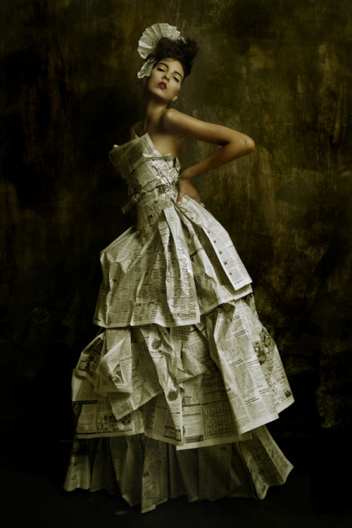 photo : femme en robe de papier journal